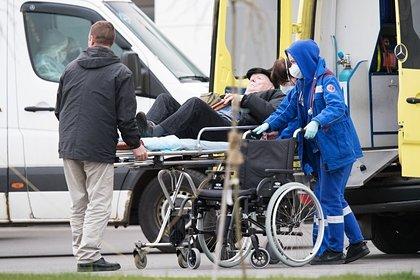 Российского пенсионера с коронавирусом вернули домой и оставили в подъезде