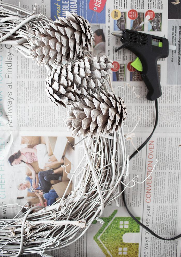 Как сделать яркий декоративный венок своими руками
