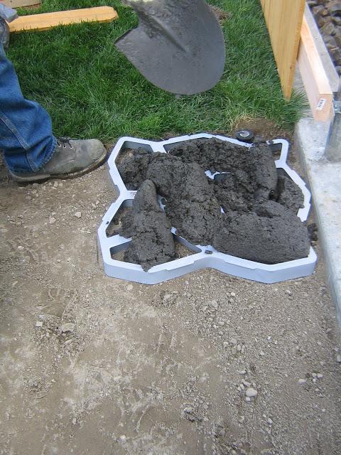 Как сделать садовые дорожки с помощью специальных пластиковых форм
