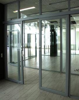 Профильные двери. Новые технологии: встраиваемые петли, жалюзи и другие возможности. Обзор стеклянных дверей