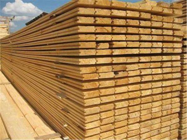большое количество обработанных деревянных досок