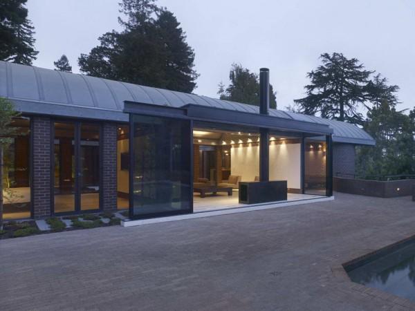 современный дом с кирпичными стенами